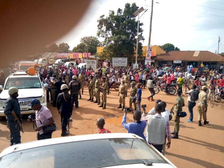 EXCLUSIVE PHOTOS: Police Blocks Presidential Candidate Henry Tumukunde To Enter Masindi Town